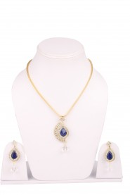 Spectacular gold-toned pendant set with earrings
